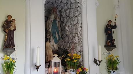 Die Kapelle birgt im Innern eine Lourdesgrotte mit der Muttergottesstatue flankiert von den Figuren des Heiligen Leonhard und Antonius. Die Heilige Bernadette blickt zur Muttergottes auf.