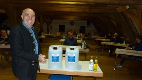 Mit großer Freude hat Bürgermeister Anton Birle das für die Marktgemeinde gespendete Desinfektionsmittel angenommen und den Markträten zur Sitzung in der Taferne präsentiert.