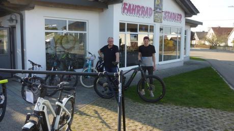 Halten den Fahrradladen in Ziemetshausen am Laufen: (von links) Inhaber Johannes Stadler und Monteur Andreas Egger.