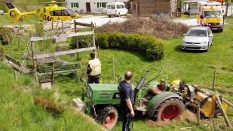 Bei Mulcharbeiten wurde ein 48-Jähriger in Ursberg schwer verletzt. Der Traktor war offenbar im abschüssigen Gelände umgestürzt und traf den Mann.