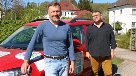 Diakoniekoordinator Andreas Reinert und Pfarrer Eugen Ritter vom Diakonieverein Krumbach vor dem Diakonieauto. Sie stellten ihr Konzept eines Pflegedienstes vor, der unter dem Dach des Diakonievereins zum 1. Juli 2020 in Krumbach starten soll.