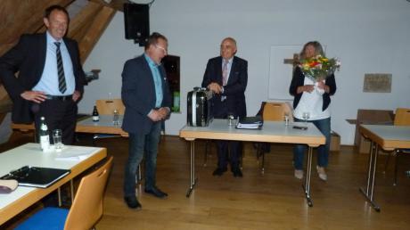 Einen Werkzeugkoffer als Abschiedsgeschenk der Marktgemeinderäte erhielt Bürgermeister Anton Birle aus den Händen von Edwin Räder (links) und Michael Maier (Zweiter von links) nach dessen humoristischer Rede. Einen Blumenstrauß erhielt Gertrud Birle, Garttin des Bürgermeisters.