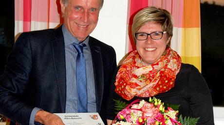 Bürgermeister Georg Duscher (links) hielt bei der Verabschiedung der scheidenden Gemeinderäte natürlich den vorgegebenen Mindestabstand. Eine Ausnahme machte er bei seiner Tochter Eva-Maria (rechts), die er als Protokollführerin verabschiedete.