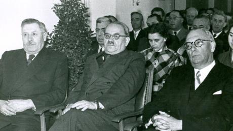 Bei der Einweihung des von der Stadt Krumbach gebauten Amtsgebäudes für das Flurbereinigungsamt im Juni 1951 (von links): Der Krumbacher Landrat Dr. Fridolin Rothermel (1895 bis 1955), Staatsminister Dr. Alois Schlögl (1893 bis 1957) und Krumbachs Bürgermeister Franz Aletsee (1898 bis 1965). Rothermel musste während der NS-Zeit alle politischen Ämter aufgeben. Aletsee war von 1942 bis 1944 amtierender Krumbacher Bürgermeister. Drei Jahre nach dem Ende der Nazizeit wurde er zum Krumbacher Bürgermeister gewählt.