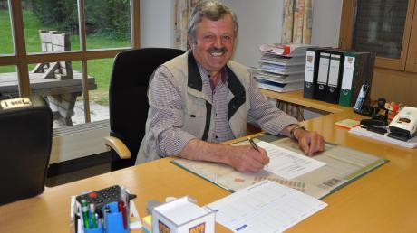 Nach 42 Jahren kommunalpolitischer Tätigkeit, davon zwölf Jahre als Bürgermeister, geht Karl Weiß in den Ruhestand. Unser Bild zeigt ihn in seinem Amtszimmer am letzten Arbeitstag.