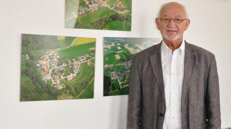 Das Wohlergehen der drei Ortsteile, die im Hintergrund abgebildet sind, lag Herbert Kubicek in drei Jahrzehnten als Bürgermeister sehr am Herzen.