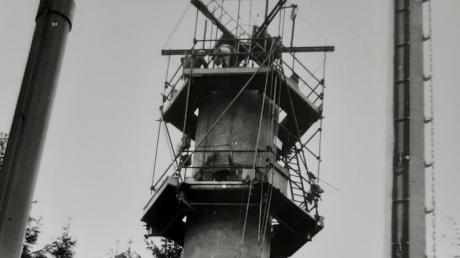 """Er """"wächst"""" noch auf 40 Meter Höhe: Der Krumbacher """"Fernsehturm"""" auf dem Demeterberg."""