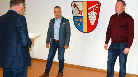 Das Gemeindewappen von Aletshausen sorgte für den erforderlichen Abstand bei der Vereidigung der Bürgermeister-Vertreter (von links) Markus Rogg (3. Bürgermeister) und Zweitem Bürgermeister Martin Veitleder.