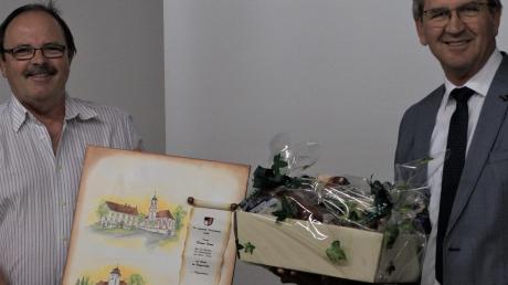 Bei den ausscheidenden Gemeinderäten bedankte sich Bürgermeister Norbert Weiß mit einem Aquarell. Ihm selbst überreichte Zweiter Bürgermeister Franz Durm einen Geschenkkorb.
