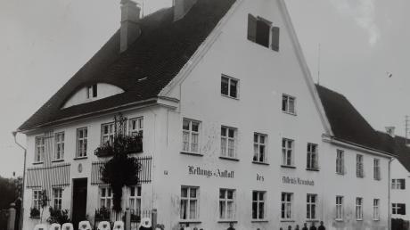 """In der ehemaligen """"Rettungsanstalt des Distrikts Krumbach"""" fanden nach dem Mauerfall in Berlin die ersten Übersiedler aus der DDR vorerst eine Bleibe. Heute befindet sich darin das Kreishaus in der Robert-Steiger-Straße."""