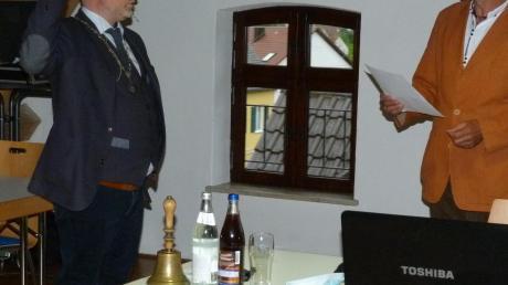 Der Ratsälteste, Hubert Forstner, vereidigte den neuen Ziemetshauser Bürgermeister Ralf Wetzel.