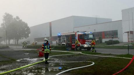 Am frühen Samstagmorgen geriet in einer leer stehenden Halle in Ziemetshausen ein Pkw in Brand.