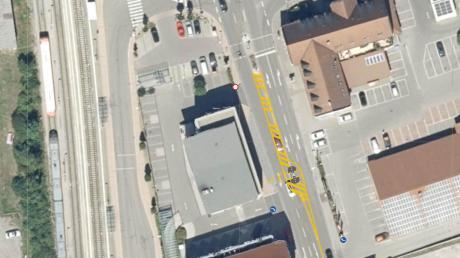 In der Fahrbahnmitte der Bahnhofstraße im Bereich Ärztehaus wird eine provisorische Mittelinsel installiert, um den Fußgängern eine weitere gesicherte Überquerungsmöglichkeit zur Verfügung zu stellen.