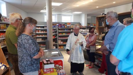 Den Segen für den neuen Dorfladen in Mindelzell und das Verkaufsteam spendete in kleiner Runde Diakon Alois Held (Mitte). Das erste Mal zum Einkaufen gehen kann man in den Laden in der Ortsmitte am 25. Mai.