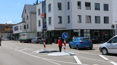 Nach schweren Unfällen auf der Bahnhofstraße, in Krumbach Teil der Bundesstraße 300, hat das Staatliche Bauamt auf Höhe des Ärztehauses zur Probe eine Mittelinsel als Querungshilfe für Fußgänger eingerichtet.