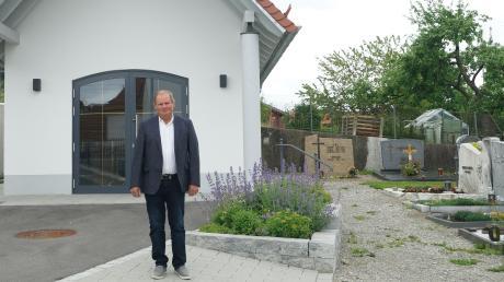 Karl Schlosser freut sich vor allem über die gelungene Friedhofserweiterung unmittelbar an der Ellzeer Kirche.