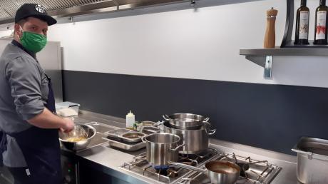 Wartet mit internationalen Gerichten aus der Küche im GenussReich auf: Koch Tobias Feicht.