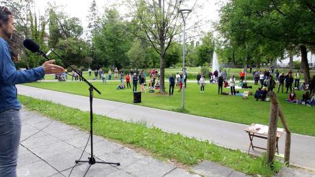 Rund 150 Menschen waren am Samstag wieder in den Krumbacher Stadtgarten gekommen. Redner Joscha Eckl forderte zu Zusammenhalt und Miteinander-ins-Gespräch-kommen auf. Eingespielt wurde bei der Veranstaltung auch die Tonaufzeichnung einer Rede des AfD-Bundestagsabgeordneten Martin Sichert.
