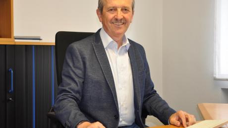 Nach 30 Jahren Tätigkeit auf kommunaler Ebene, davon zwölf Jahre als Erster Bürgermeister, ging Robert Hartinger am 30. April dieses Jahres in den wohl verdienten Ruhestand. Unser Bild zeigt ihn in seinem Versicherungsbüro.