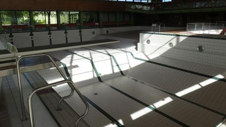 Geschwommen werden kann jetzt glücklicherweise wieder im Krumbacher Freibad. Im Hallenbad ist Pause, im Sommer ist dort das Becken in der Regel nicht befüllt. Aber wie geht es weiter mit dem Sportzentrum, zu dem das Hallenbad gehört. Im September könnte es möglicherweise eine wichtige Weichenstellung geben.