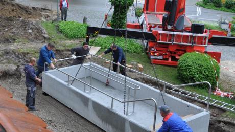 Installierung des neuen Kneipp-Becken im Innenhof des Krumbads.