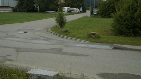 Entlang des Sportgeländes sollen Parkmöglichkeiten für Lkw errichtet werden. Unzufrieden zeigen sich einige Bürger über die Granitsteine entlang des Günzdammes im Vordergrund.