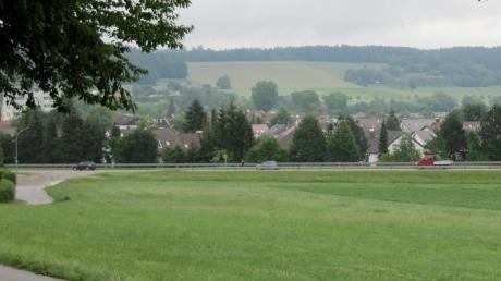 In diesem Bereich sollen rund 30 neue Bauplätze ausgewiesen werden. Zunächst dachte die Stadt an ein Gewerbe- oder Mischgebiet. Aber mit Blick auf die große Nachfrage nach Bauland entschieden sich die Kommunalpolitiker dafür, hier Bauland bereitzustellen.