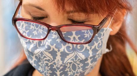 Das Tragen von Mund-Nasen–Masken belastet die Beschäftigten vor allem in der Lebensmittelbranche zum Teil sehr.