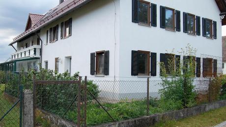 """An der Südseite dieses Wohnhauses an der Mühlbachstraße ist der Anbau einer Doppelgarage geplant. Da sich die Ein- und Ausfahrt (wo sich derzeit das Gartentürchen befindet) zu nahe an der Straße """"Am Bächle"""" (vorne) befindet, konnte der Plan nicht genehmigt werden."""