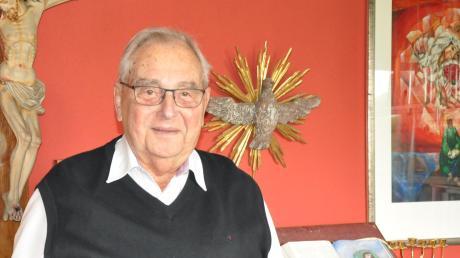 Kurseelsorger Pfarrer Karl Heidingsfelder begeht heute sein Diamantenes Priesterjubiläum. Unser Bild zeigt den beliebten Seelsorger in seinem Büro in seinem Wohnort Thannhausen.