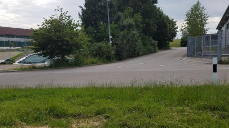 """Im Bereich der Einmündung der Ortsstraße """"Mitterösch"""" in die Straße """"Schorsodrom"""" gilt die Rechts-vor-links-Vorfahrtsregelung wie bisher. Künftig weist das Verkehrszeichen """"Achtung Kreuzung"""" auf diese Verkehrssituation hin. Unser Bild zeigt den Einmündungsbereich."""