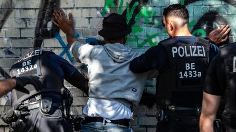 Hat die Polizei ein Rassismus-Problem? Immer wieder werden Diskriminierungsvorwürfe an die Polizei laut. Szenen wie diese von einer Kontrolle in einem Park in Berlin tragen dazu bei.