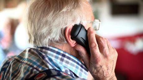 Sie nehmen sich das Telefonbuch vor, rufen Menschen mit alt klingenden Vornamen an und erzählen ihnen Lügengeschichten verschiedenster Art.