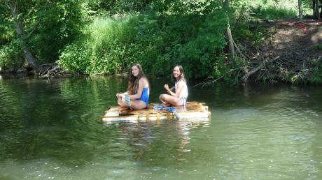 Sahra (links) und Ronia retteten mithilfe eines Floßes eine Wasserfledermaus aus misslicher Lage in Neuburg/Kammel.