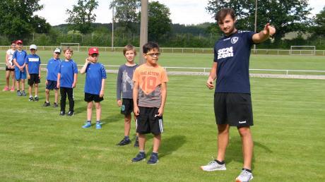 Sowohl der Handball- als auch der Leichtathletiknachwuchs (Bild) des TSV Niederraunau werden von Jakob Eheim im Rahmen seines Freiwilligen Sozialen Jahres trainiert – in Zeiten von Corona natürlich mit Abstand.