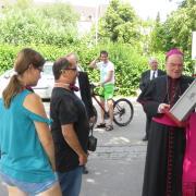 Ein besonderes Geschenk für den Bischof: Tanja und Michael überreichten ihm ein Vogelfutterhaus, das in der Gruppe Kunstgewerbe Holz der Werkstätten unter der Leitung von Konrad Roball gefertigt wurde.