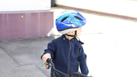 Sorgen machen sich Polizisten um den Radelnden Nachwuchs. Dieses Jahr nämlich konnte die Fahrradausbildung in der Jugendverkehrsschule wegen der Corona-Pandemie nicht in vollem Umfang stattfinden. Viele Regeln gilt es aber im Straßenverkehr zu beachten. Die Polizei gibt Tipps, setzt auf das Vorbild der Eltern und auf die Rücksichtnahme aller Verkehrsteilnehmer.