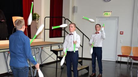 Die Abiturienten Vincet und Lorenz Thoma jonglierten mit ihrem kleineren Bruder Dominik beim Abiturientengottesdienst.