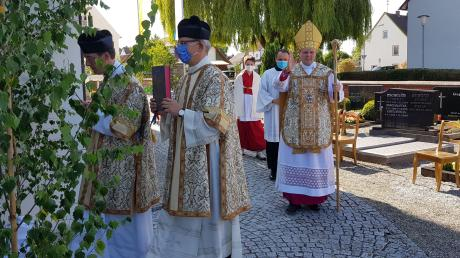 Einzug vor dem Gottesdienst in die Billenhauser Pfarrkirche. Weihbischof Florian Wörner grüßte diejenigen, die nicht in dem renovierten Gotteshaus dem Gottesdienst folgen konnten.