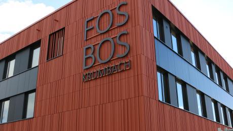 """Die neu gebaute FOS/BOS an der Krumbacher Lichtensteinstraße. Die kleinen Fotos sind Bilder der """"besten Einser-Abiturienten"""", die uns die FOS/BOS zur Verfügung gestellt hat."""