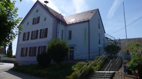 """In der SVE """"Marie Therese"""" in Balzhausen soll das Dachgeschoss für pädagogische Zwecke genutzt werden können. Eine Fluchttreppe ist vorhanden, es wurden aus brandschutztechnischen Gründen Verbindungstüren zwischen den Räumen geschaffen."""