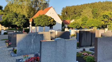 Schön gepflegt präsentiert sich der Friedhof in Waltenhausen. Zur kostendeckenden Bewirtschaftung müssen die Benutzungsgebühren moderat angehoben werden, beschloss der Gemeinderat.