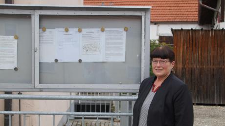Den gemeindlichen Bekanntmachungskasten ließ Bürgermeisterin Gabi Schmucker an eine gut einsehbare Stelle verbringen. Die Bürgerinnen und Bürger sollen immer gut informiert sein.