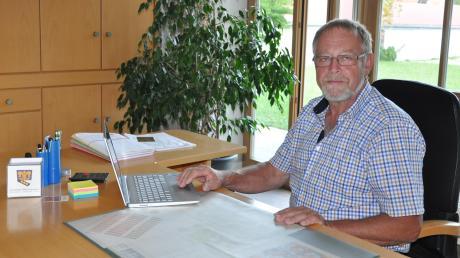 In seinem Amtszimmer neben dem Sitzungszimmer im ehemaligen Pfarrhof erleichtert dem neuen Bürgermeister Alois Rampp eine gute digitale Ausstattung die Arbeit.