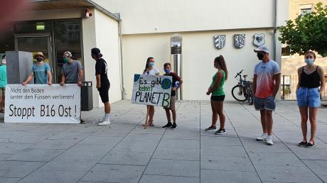 Mehrere Jugendliche postierten sich zu Beginn der Sitzung des Ellzeer Gemeinderates vor dem Rathaus in Ichenhausen und bekundeten mit Plakaten ihre Ablehnung zur geplanten Ortsumfahrung der B16-Ost.