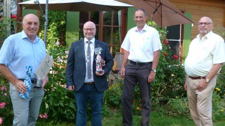 Anton Birle (links) ist sichtlich erfreut über die Verleihung des Titels Altbürgermeister, den ihm Bürgermeister Ralf Wetzel im Beisein von 2. Bürgermeister Edwin Räder und dem Ortsvorsitzenden der CSU, Manfred Krautkrämer (von links), zukommen ließ.