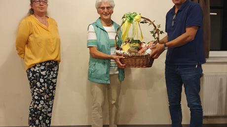 Einen Geschenkkorb gab es für Leni Schönknecht, die nach 34 Jahren als Vorturnerin verabschiedet wurde. Im Bild von links Karin Kirchdorfer-Wurm, Leni Schönknecht und Norbert Endres.