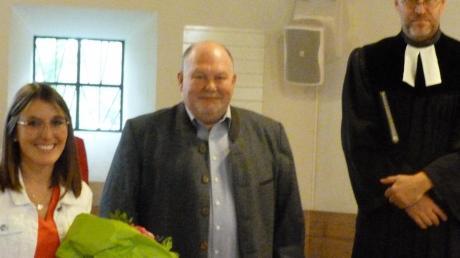 Vakanzpfarrer Norbert Riemer aus Burtenbach (rechts) nahm die Einsegnung der neuen Leiterin der Arche Noah, Sophie Eberhard (links) vor, Andreas Steeger (Mitte) begrüßte sie im Namen des Kirchenvorstandes.