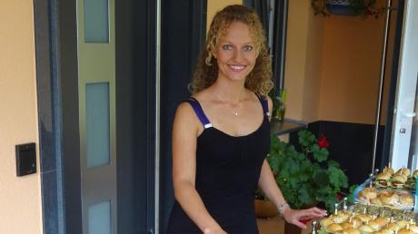 Ramona Kuen (hier mit ihrem reichhaltigen Fingerfood-Büffet) feierte die Neueröffnung ihres Kochstudios in Edenhausen.