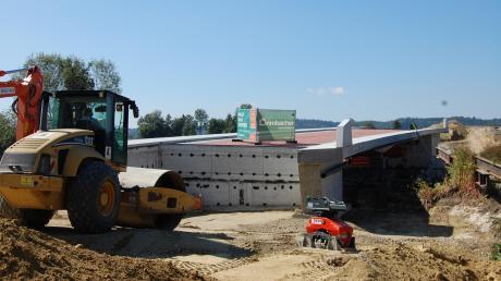 Seit März vergangenen Jahres wird die Ortsumfahrung in Münsterhausen gebaut. Zwei Kreisverkehre sind bereits fertiggestellt. An zwei Brücken über die Mindel wird derzeit noch gearbeitet. Unser Bild zeigt den aktuellen Stand der Arbeiten an der Brücke südlich des Ortseingangs von Münsterhausen.